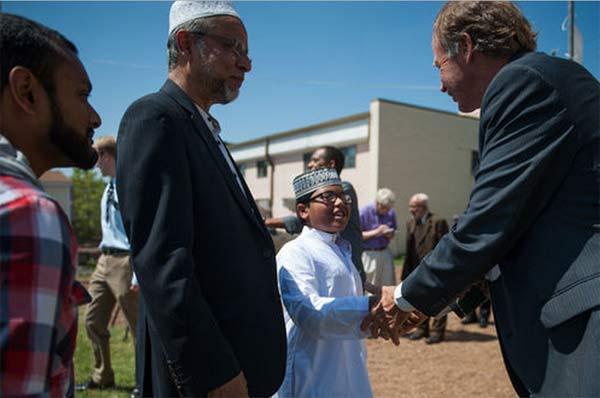 عمدة مدينة كولومبيا بولاية ميزوري يفتتح مركز إسلامي ضخم تكلف 2 مليون دولار يحتوي على مركز اجتماعي ومدرسة ومركز طبي ومسجد